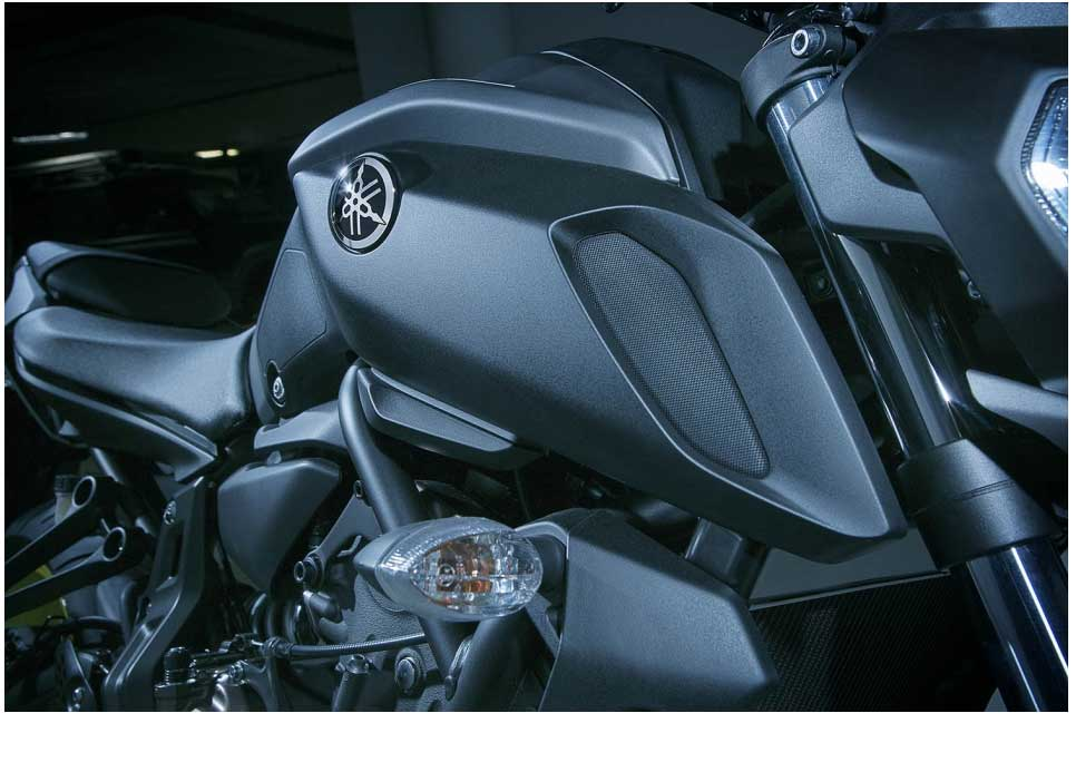 A newly designed fuel tank and bold air scoops give the MT-07 a sharper image and reinforce the MT family look. The new seat and separate black side panels accentuate the bike's mass-forward design and emphasises its athletic build. And the bold new headlight and MT-09 inspired taillight enhance the overall quality and style.
