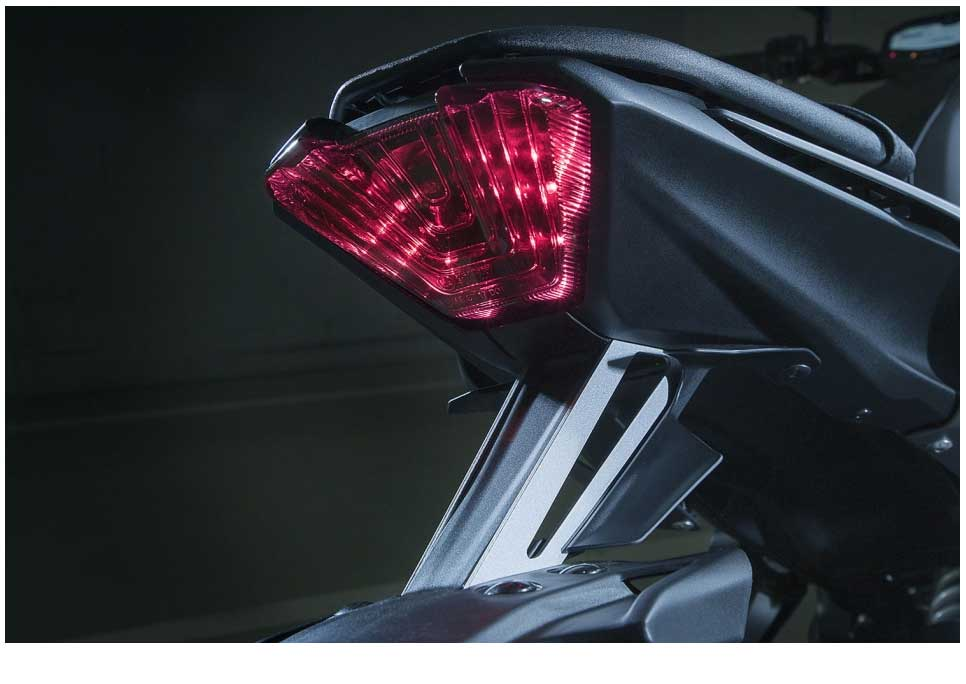 With its angular mirrors, LED tail light and mass-forward body design, there's no mistaking the MT-07's resemblance to the bigger 850cc 3-cylinder MT-09. Other family features include the lightweight cast aluminium 10-spoke wheels as well as the Z-shape formed by the air intake-style scoops and the exhaust down pipes.