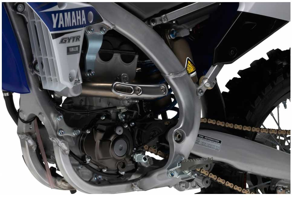 The YZ250FX benefits from a refined hydro-formed bilateral beam frame constructed from ten different types of forged, cast and extruded aluminium parts.Compared to the 2016 design, the 2017 frame is around 12mm wider in the area behind the swingarm pivot point, and this increased torsional rigidity ensures a higher degree of handling stability.